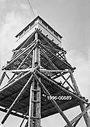 BRANNVAKTTÅRN: Fra 1925 og frem til 1940 eide og drev Akershus Skogselskap dette brannvakttårnet på Høland varde.
