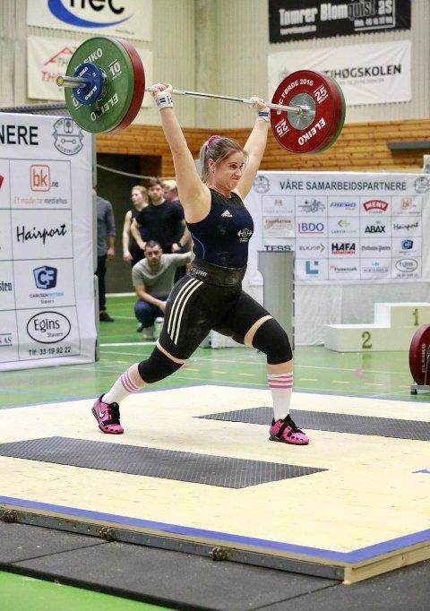 LØFTET TIL GULL: Stine Mari Hasfjord fra Bangsund gikk helt til topps i sin klasse under NM i vektløfting søndag.