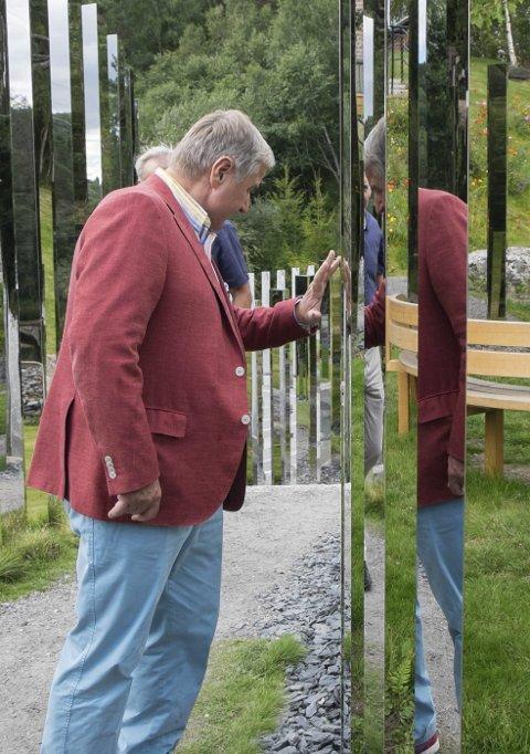 Christen Sveaas fjerner en flekk på årets skulptur signert den danske kunstneren Jeppe Hein.