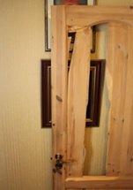 KNUST: Slik så innerdøren ut etter sleggeangrepet.