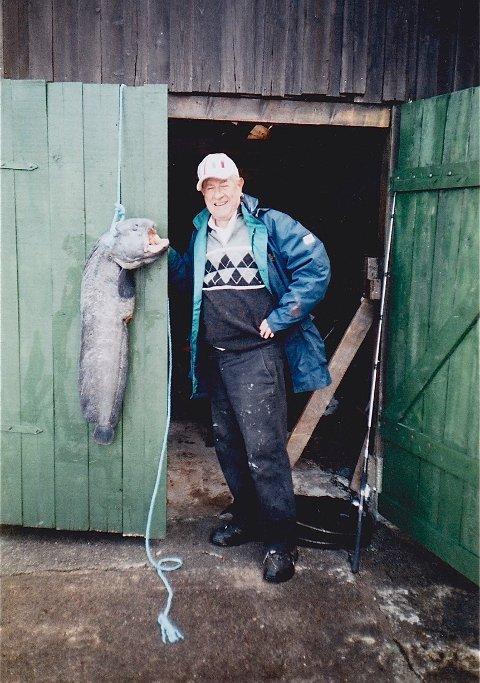 BREIFLABB-DRAUMEN: I alle år har Ove fiska ute i fjorden på Sellevoll, og dradd i land både store og små fiskar. Ynskje om å kunne dra opp ein steinbit levde i mange år. Endeleg, sommaren 2009 sat han i trollgarnet rett ut for Trosvika. Den vog heile 11 kilo.
