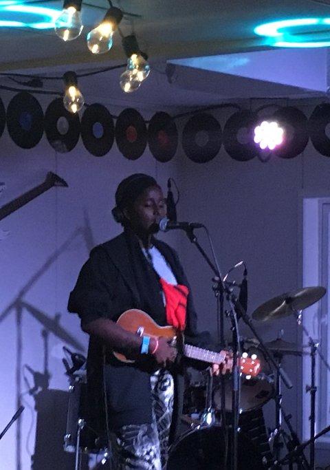 Hamda er en av de mest hardtarbeidende unge musikerene i bydelen. Her fremfører hun en egenkomponert låt.