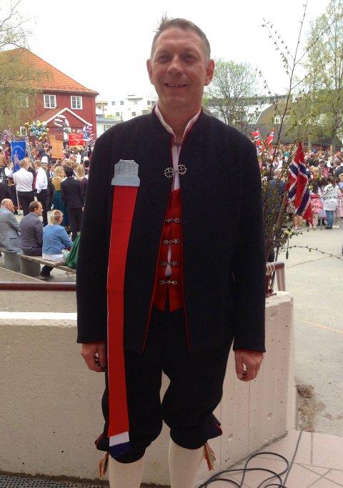 ee *** Local Caption *** Kurt Kollstrøm gir gode råd om oppbevaring av bunaden. (Foto: Pressebilde/ANB)
