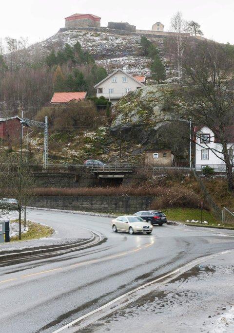Hvis togene skal bort fra Tistedalsbakken må det lages en tunnel inn under Fredriksten festning. Arkiv