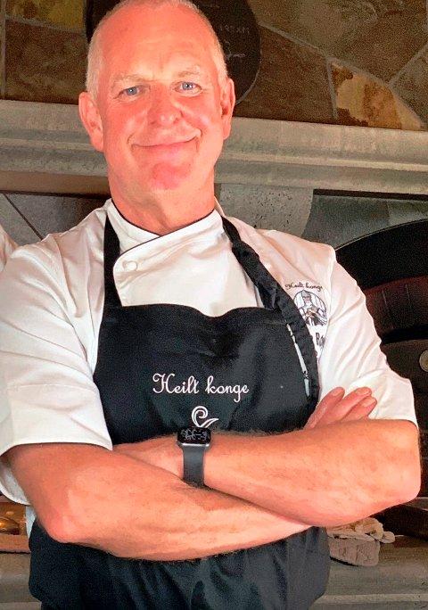 FAGUTDANNET: Roy Martin Øyjord er godt fornøyd med å ha bestått fagprøven som kokk. – Et fagbrev er et bevis på at du kjøper maten av folk med fagkunnskap. Du skal da være trygg på at den er av høyeste kvalitet, forteller han.