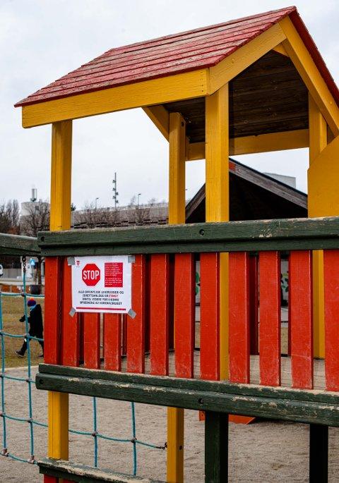 STENGT: Offenrlige lekeplasser, som denne i Rådhusparken, er stengt av kommunen.