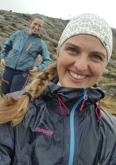 Glad i Turliv: Oda Strand Mindrebø forteller at hun er veldig glad i naturopplevelser både på sjøen, og i skog og mark. Her er hun sammen med en turvenninne. Privat foto