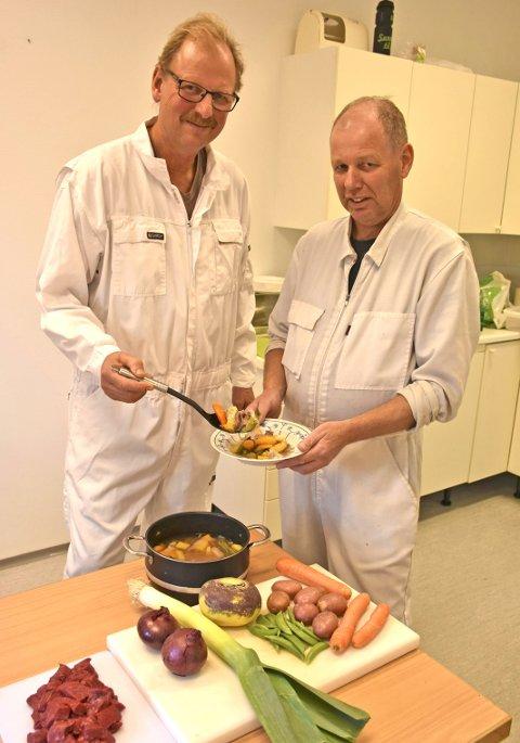 Produktutvikling: Normann Helle (t.v.) serverer broren Svein ein tallerken av den nye oppfinninga som dei no er klare med. Til Rakfiskfestivalen lanserer dei si eiga Helle-gryte basert på storfekjøtt og grønnsaker dyrka i Slidreøya. Dei er spente på mottakinga.