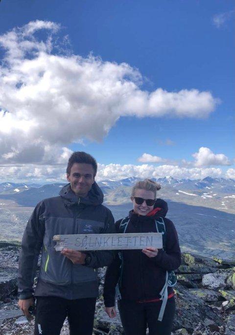 PÅ TOPPTUR: Erik og Kristine liker veldig godt å være aktive. Her er de på 1.827 meter høye Sølnkletten i Alvdal Vestfjell.