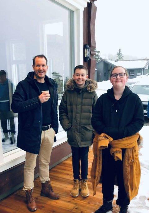 Per Gunvald Haugen med sønnen Lars Erik og datteren Anna. Her er de på visning på Gautefall.