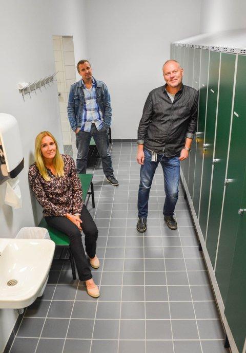 I GARDEROBEN: Forskerne Kjersti Mordal Moen (f.v.), VH Brattli og Knut Westlie ved HiH har funnet at 10.500 elever opplever mobbing i gymgarderoben.