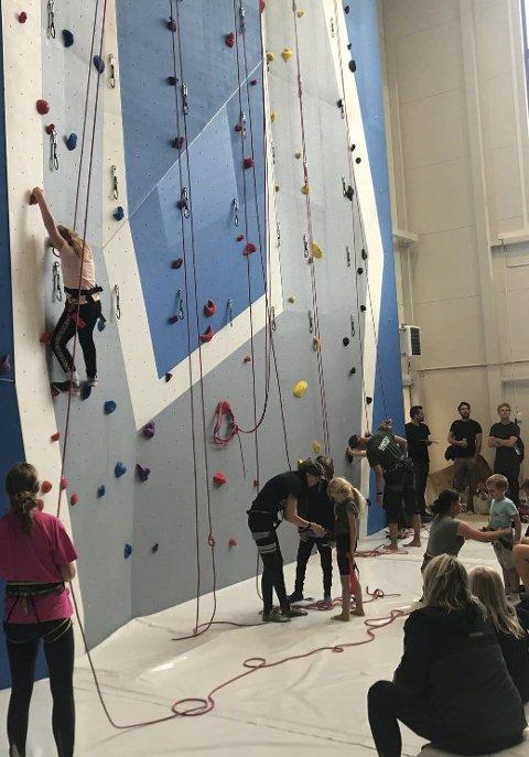 Mange fremmøtte: Det var full sal i Tvedestrands nye klatrehall denne uken, Barn og ungdom i alle aldre prøvde seg på den nye fritidsaktiviteten på skoeln i Mjåvann. Foto: Stein Kåre Kristiansen