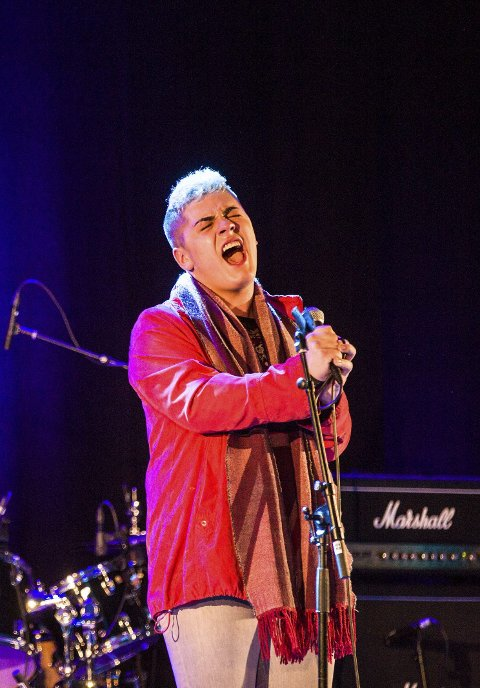 EIGEN LÅT:Aron Jasperr Lona frå Radøy framførte låta «Diamonds don´t bend».