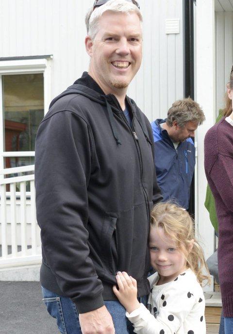 LITT SKUMMELT: Lille Emily sammen med pappa Rufus.