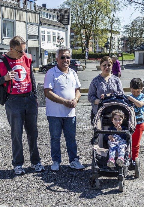 UT PÅ TUR: Turleder Arne-Kristian Garseg (77) tok med seg flyktninger på tur etter forespørsel fra Salah Kadir (60), her sammen med hans barn og barnebarn.