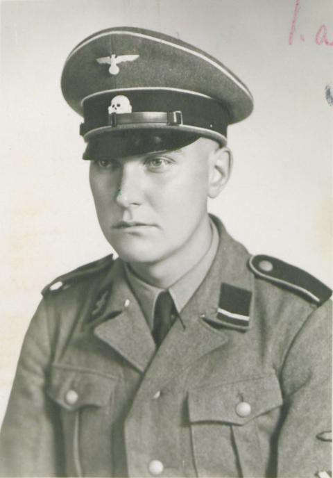 Holger Tou fra Stavanger ble dømt til døden for sine grusomme handlinger mot egne landsmenn, i tjeneste for nazistene. Her er han kledd i SS-uniform. Fangene på Sande ble fortvilet ta Tou ble dømt til døden, og sendte et brev hvor de ba om nåde for meningsfellen.