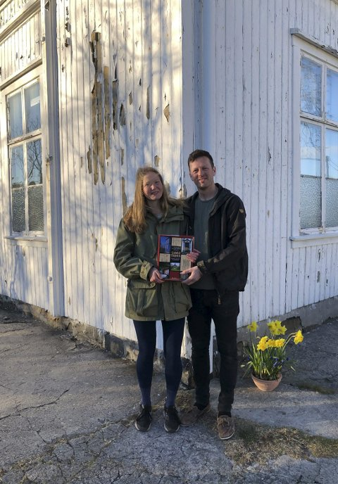 Nybakte huseiere: Frida Marie Freddersen og Espen Moseidjordeier og bor i det som en gang var var Lyngør skole. Foto: Brodersen