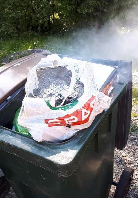 FULL FYR: Engangsgrillene og søppelet sto i full fyr.