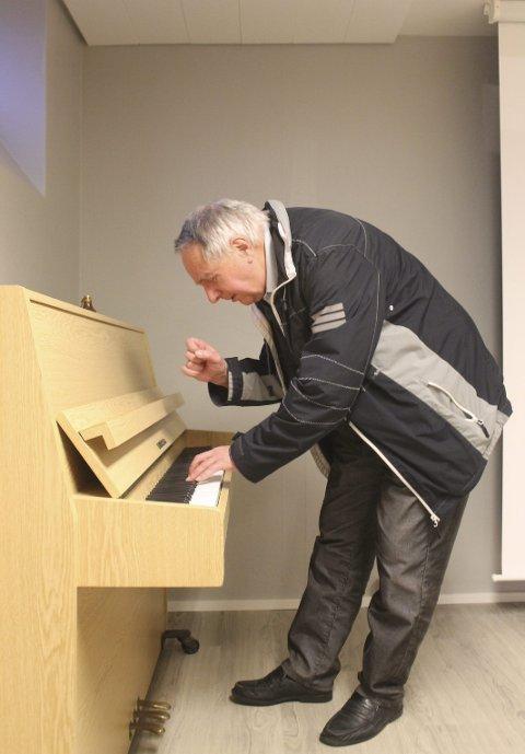 Bak pianoet: Rolf Erik Sørensen har spilt piano i mange år. foto: Benedicte Wærstad
