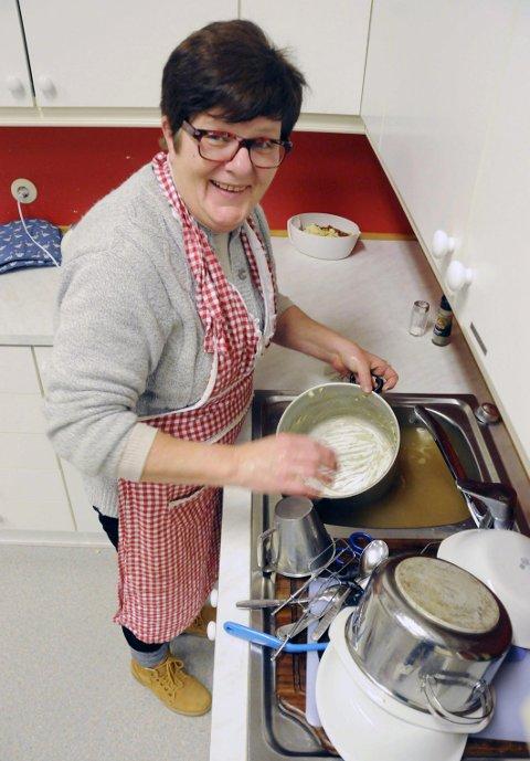 SVINGER SKRUBBEN: Laila har jobbet i reiselivet, hun har vært menighetsarbeider, og hun var i to somrer vertinne på Skogsholmen. De største sporene har hun satt etter seg i skoleverket, og nå kjemper Laila for Elsfjord skole, der hun gjerne tar oppvasken etter timen.