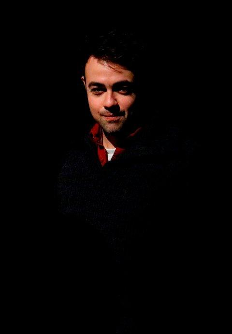 """Produsent for forestillingen """"De ti bud"""", steinar PLeim JOhansen i Den kulturelle skolesekken, sier at det var naturlig å ha prøveforestillingene i Alstahaug, Petter Dass sin hjemkommune. Pleim Johansen er selv skuespiller og blant annet kjent fra forestillingen """"Alt for Rognan"""" og karakteren Tom i """"Hotel Cæsar""""."""