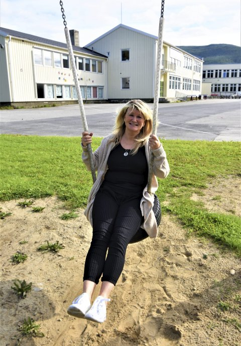 GIR FART: Lillian Sætern er klar for sin første skolestart som rektor ved Grane barne- og ungdomsskole på Trofors. Mandag blir det kø ved dissene, og alle elevene skal bli sett. I bakgrunnen på det lille bildet er noen av skolens fjes foreviget i fargerik keramikk.