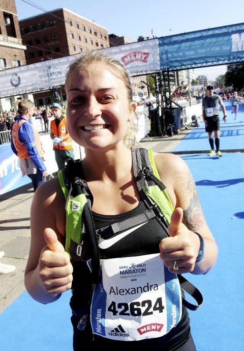 Førstereis: Alexandra Vestergaard hadde all mulig grunn til å være fornøyd etter at hun hadde fullført sitt aller første helmaratonløp.Foto: Svein Halvor Moe
