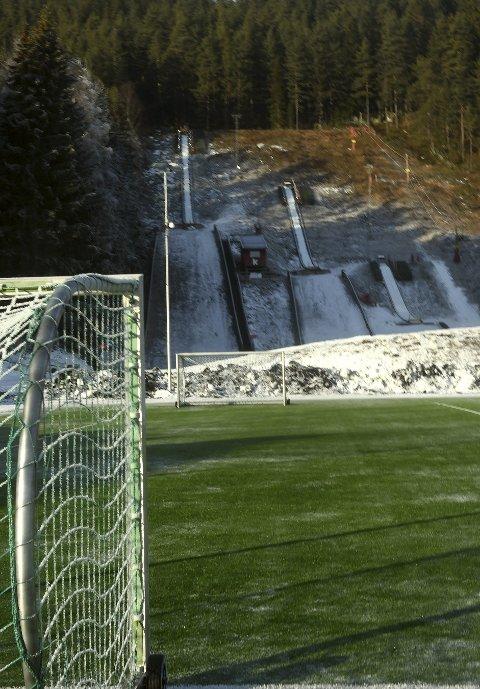 AVLYST: Lørdag skulle KIFs hoppgruppe ha arrangert hopprenn i Idrettsparken, men som en ser er bakkene nesten helt snøfrie.  rennet er nå utsatt til søndag 19. februar. foto: ole john Hostvedt