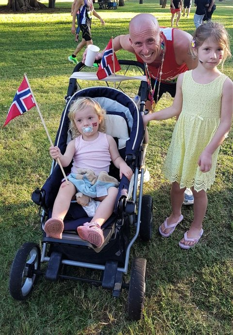 I HAWAII: Halvor Been hadde sine to døtre Andrine (t.v.) og Birgitte som heiagjeng under Honolulu Marathon i Hawaii.