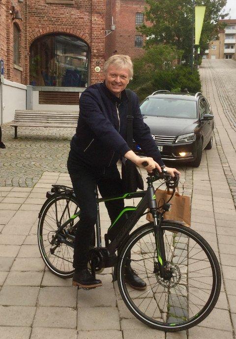 FRASTJÅLET: Jørn Johansen ble frastjålet sykkelen sin mandag 21. juni. Heldigvis ble tyveriet fanget opp av overvåkingskameraene tilhørende Bane NOR. Men ifølge politiet hjalp ikke videoen.