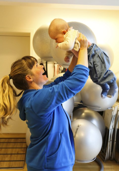 I aktivitet: Fysioterapeut Ragne Slaatten Modigh, her med datteren Klara (seks måneder) gleder seg til å starte opp med mor og barn-treninger. Foto: Lena Malnes
