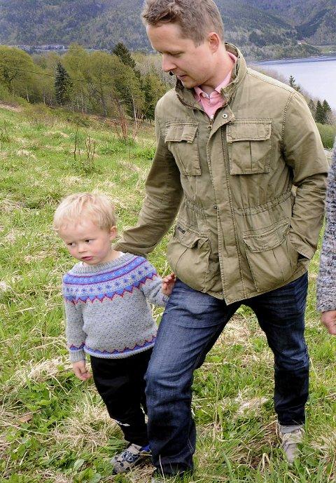 Vil satse: Eivind Hoem og sønnen Heine vil gjerne flytte tilbake til Gjemnes og ta over hjemgarden.