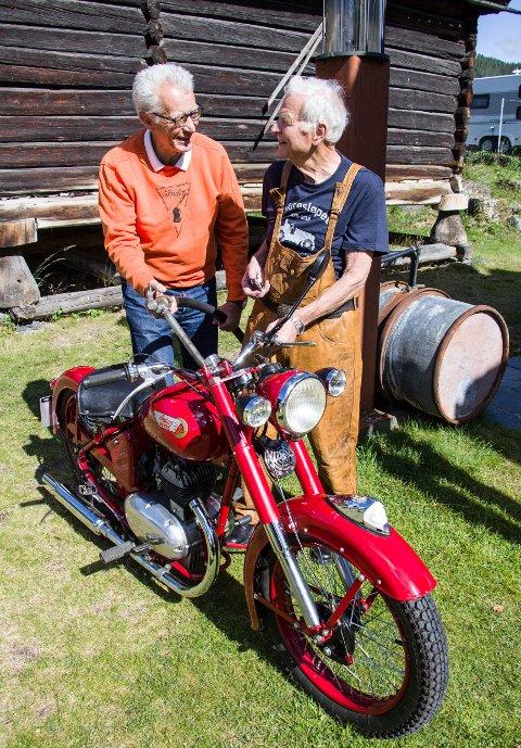 Alltid klar: Ole Birger Gjevre (83) fra Strand er trofast entusiast og deltaker. Her sammen med løpsleder Arne Bjørn Hoel fra Asker. Begge gleder seg til Indian Summer Meet neste helg.