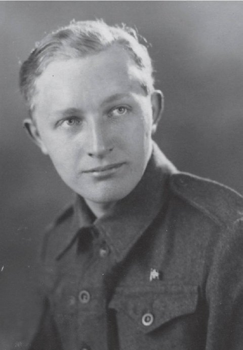 August Rathke som ung soldat etter at han hadde flyktet til England, via Shetland, i januar 1945.