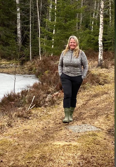 ISOLERT: – Vi er friere her i skogen, hvor vi også kan gå turer når formen min tillater det, sier Grete Sjøli.