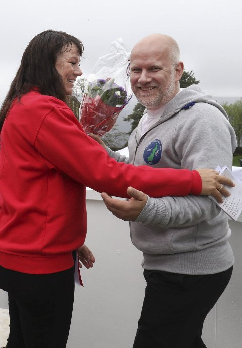 GLEDE: Trine Sveinar ga blomst til Hans Gunnar Skaug.