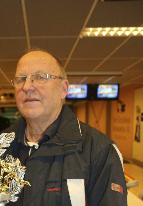 Tok trofeet: Arne Skårderud tok trofeet for høstspillet. (Foto: Tor Arne Rønning)