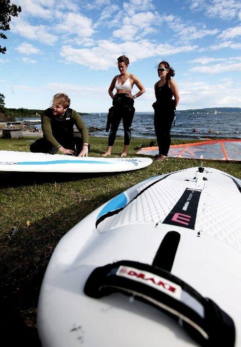 INSTRUKTØR: Fredrik Føyen hjelper deltakerne med å klargjøre utstyret.