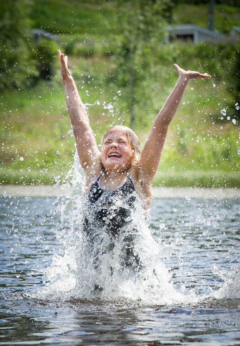GLEDE: Det er ikke tvil om at Linea Haug Hagerud liker seg i vannet.