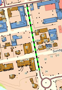 STENGER PARKERINGEN: Her skal fylkeskommunen asfaltere. Det blir stengt for parkering i Storgata underveis.