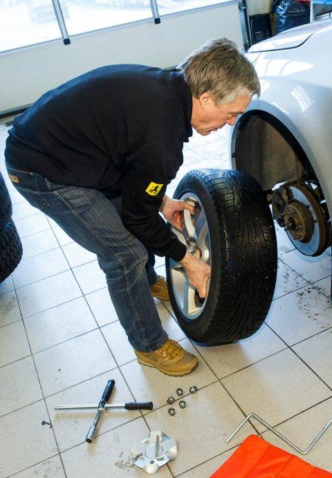 Jan Ivar Engebretsen, kommunikasjonsrådgiver NAF viser hvordan man legger om hjul på en forvarlig og korrekt måte. Skifte dekk. Foto: Heiko Junge / NTB scanpix