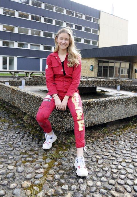 RØD OG ROLIG: Russepresident Katharina Wulff Hansen ved Mosjøen videregående skole skal bare gjøre seg ferdig med 17. mai, så er de røde klærne historie. Mandag skal hun begynne å prestere seg fram på veien videre.