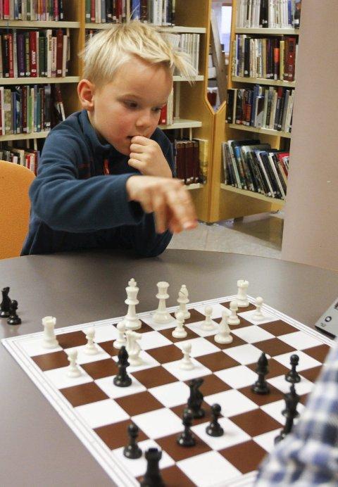 Sjakk: Leo Gullhav Hoff er en av dem som har spilt sjakk på biblioteket. foto: Per vikan