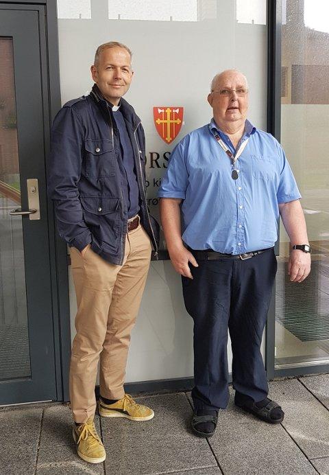 Trond Ekdal (til høyre) var svært fornøyd med å bli hentet til valglokalet av sogneprest i Lillestrøm, Hallvard Mosdøl.