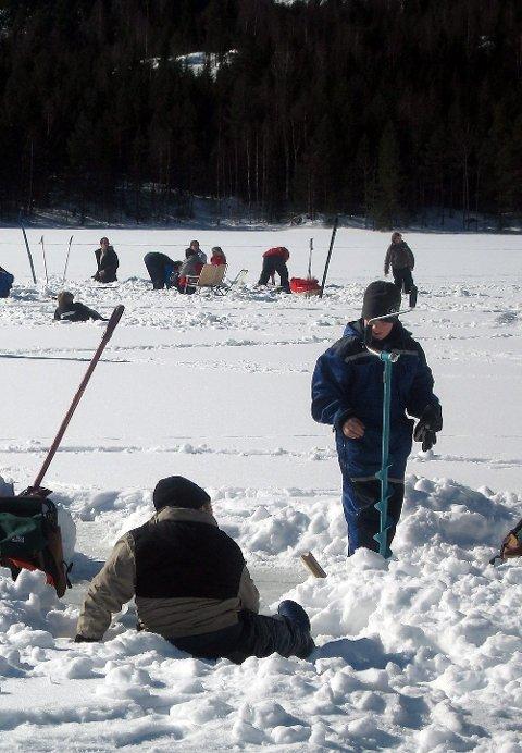 På isen: Søndag kan du konkurrere i isfiske.  Arkivbilde
