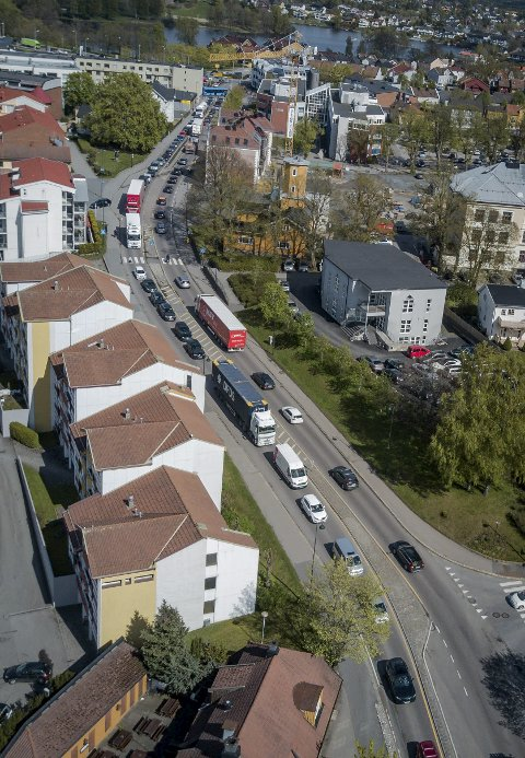 Kø: Moss sentrum på en hverdag. Køen strekker seg fra Kanalen til E6. foto: Terje Holm