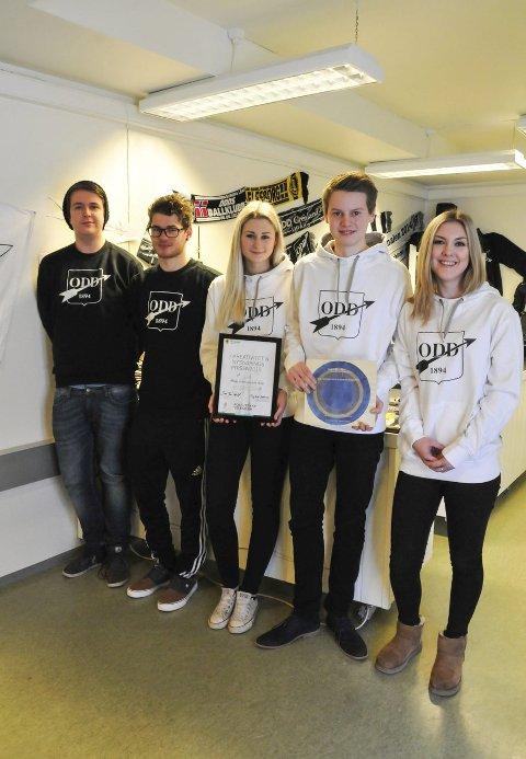 Fikk pris: Kasper Eliassen (17), til venstre, Adrian Ogrodowski (17), Henriette Sandvik Stavang (17), Erlend Hornslien (18) og Camilla Karlsen (17) er noen av elevene fra Skien videregående skole som jobber i Odd-butikken.