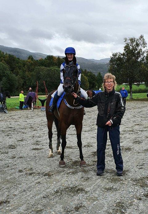 Rindalshesten Danny Delight med eier Irene Løfaldli var meget fornøyde etter at Anne Lene Aursand red han inn til seier.