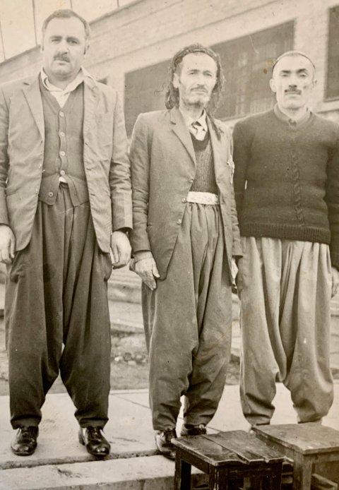 I FENGSEL: Her er et av bildene som Osman har funnet av faren Najmadin i fengsel. Han står i midten på bildet. Osman har funnet igjen de to andre, som fortsatt lever.