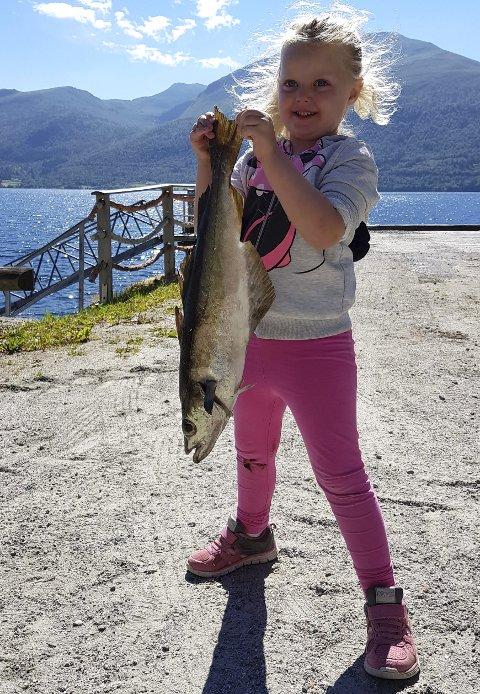 Stolt jente: Elise Rustad Istad fra Auli knuste all motstand da familien konkurrerte om hvem som fikk størst og mest fisk under ferieturen hos besteforeldrene på Vestlandet. Alle foto: Privat